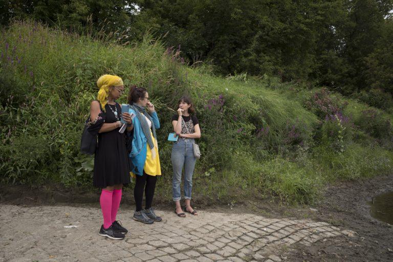Trois participantes à l'atelier debout à l'extérieur