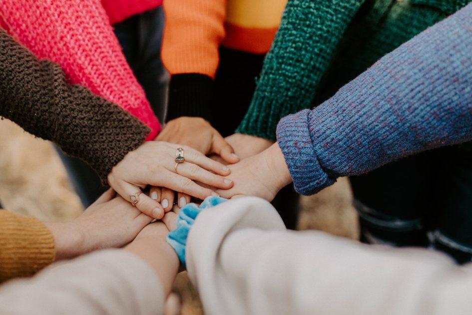 mains de plusieurs personnes ensemble